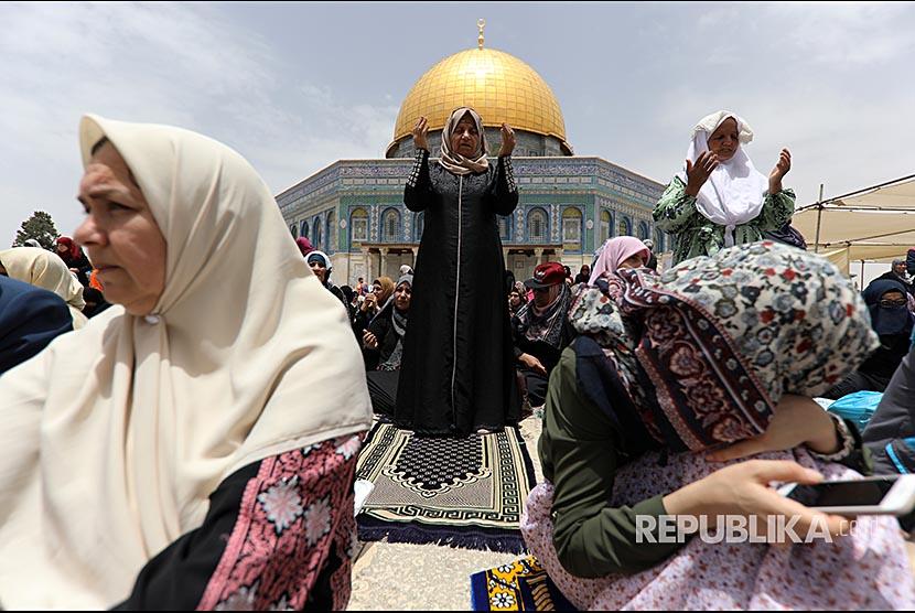 Sejumlah perempuan Palestina berdoa di Kompleks Al Aqsha Yerusalem pada pelaksanaan Shalat Jumat kedua Ramadhan 2018, Jumat (25/5).
