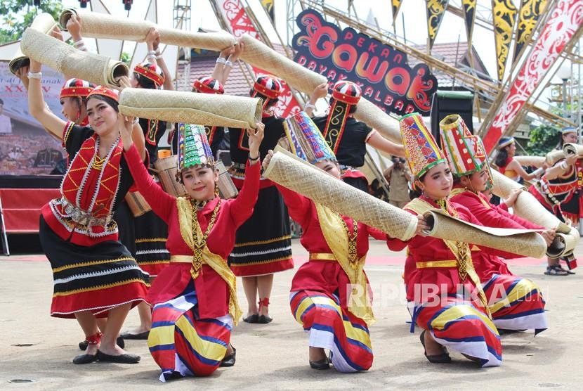 Sejumlah perempuan suku Dayak menari di acara pembukaan Pekan Gawai Dayak (PGD) ke-34 di Rumah Radakng Pontianak, Kalimantan Barat, Senin (20/5/2019).