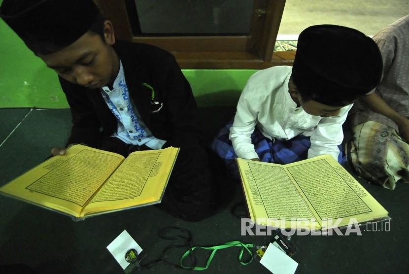 Sejumlah perserta latihan membaca kitab kuning saat mengikuti Musabaqoh Kitab Kuning di Pondok Pesantren Miftahul Falah, Jalan Gede Bage Selatan, Kota Bandung, Kamis (6/4).