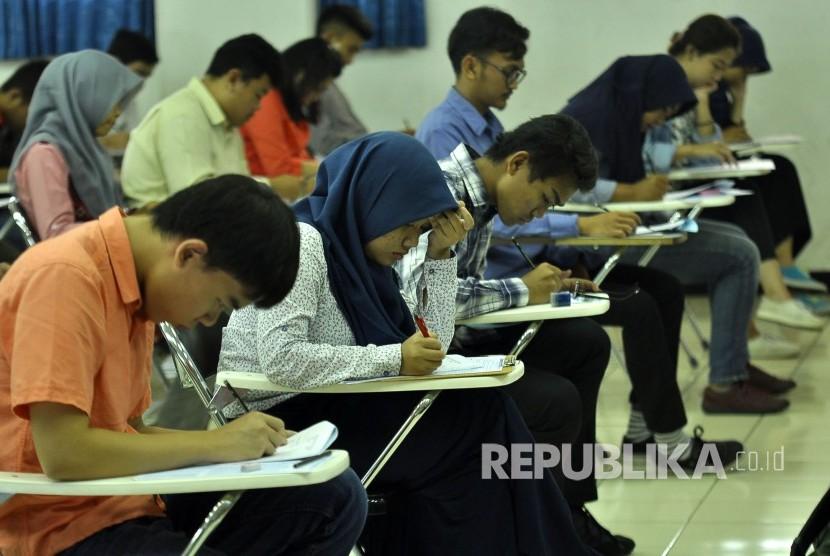 Sejumlah perserta SBMPTN 2017 mengisi identitas sebelum mengerjakan soal di Ruangan Aula SAPPK ITB, Kota Bandung, Selasa (16/5). SBMPTN 2017 Panlok 34 Bandung diikuti sebanyak 51,961 perserta dan sebanyak 16 orang diantaranya perserta berkebutuhan khusus.