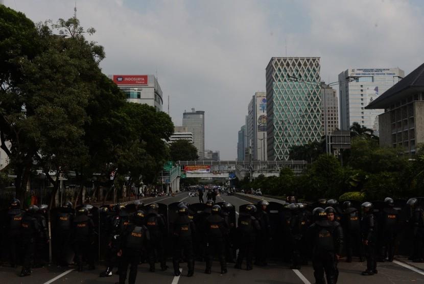 Sejumlah personel Brimob memblokade jalan ketika berlangsungnya aksi penolakan hasil keputusan KPU pada Pilpres 2019 di sekitar Jalan MH. Thamrin, Jakarta, Rabu (22/5/2019).
