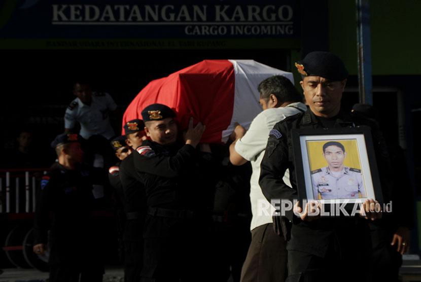 Sejumlah personel Brimob Polda NTT mengusung peti jenazah Bripka Pol Marhum Prencje yang menjadi korban penusukan pascakerusuhan di Mako Brimob Depok, saat tiba di Bandara El Tari Kupang, NTT, Jumat (11/5).