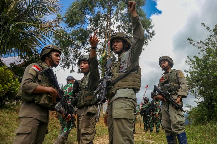 Sejumlah personel Polri dan TNI yang tergabung dalam Satgas Madago Raya berkoordinasi saat melakukan patroli (ilustrasi)