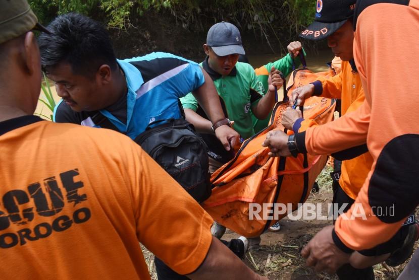 Sejumlah personil BPBD dan relawan mengevakuasi jenazah / Ilustrasi