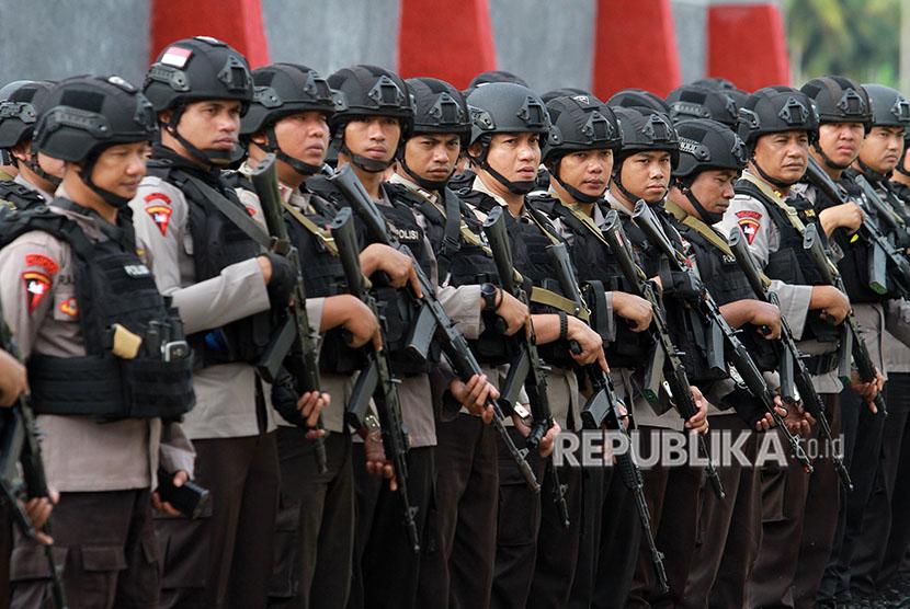 Sejumlah personil Brimob mengikuti arahan dan petunjuk pada apel kesiapan pasukan pengamanan Pilkada Kota Gorontalo di Sekolah Polisi Negara (SPN) di Kabupaten Gorontalo, Gorontalo, Selasa (26/6).
