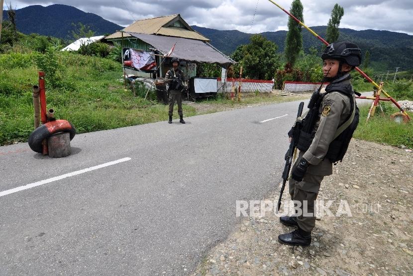 [ilustrasi] Sejumlah personil Brimob yang tergabung dalam Satuan Tugas (Satgas) Operasi Tinombala 2017 berjaga di Kecamatan Lore Utara, Kabupaten Poso, Sulawesi Tengah.  (ilustrasi)