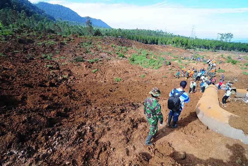 Sejumlah personil gabungan TNI, Basarnas dan polisi melakukan pencarian korban longsor di Kampung Cibitung, Desa Margamukti, Pangalengan, Kabupaten Bandung, Rabu (6/5).   (foto : Septianjar Muharam)