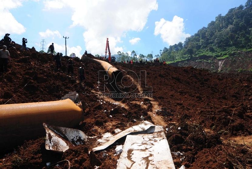 Sejumlah personil gabungan TNI, Basarnas dan polisi melakukan pencarian korban longsor di Kampung Cibitung, Desa Margamukti, Pangalengan, Kabupaten Bandung, Rabu (6/5). (Republika/Septianjar Muharam)