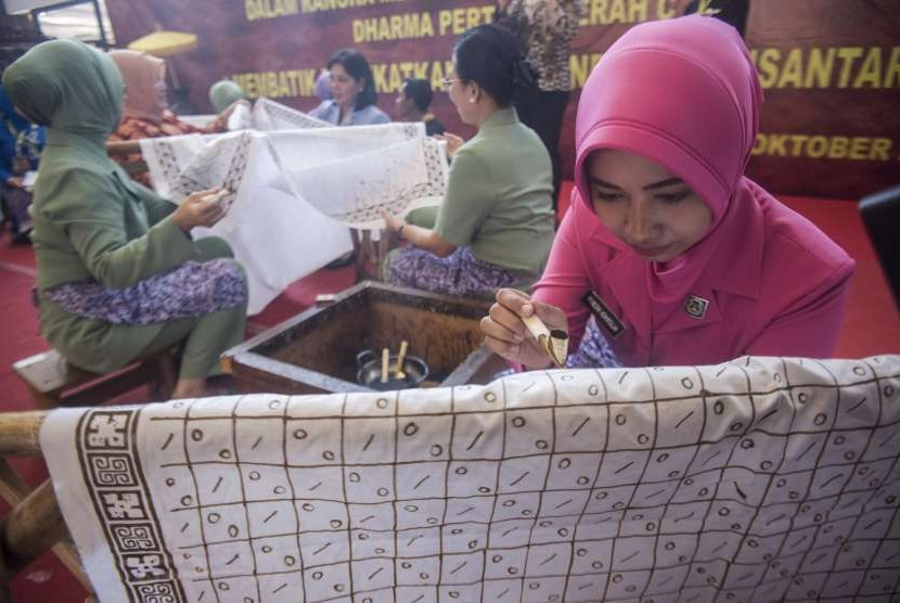 Sejumlah perwakilan Dharma Pertiwi Daerah C mengikuti kegiatan membatik bersama di Graha Tirta Siliwangi, Bandung, Jawa Barat, Selasa (2/10).