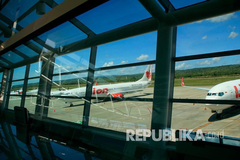 Sejumlah pesawat dari beberapa maskapai penerbangan diparkir di Apron Bandara El Tari Kupang, NTT,Selasa (28/4). Menteri Perhubungan Budi Karya Sumadi menegaskan mulai Kamis (7/5) semua sektor moda transportasi dapat mengangkut penumpang lagi meski mudik tetap dilarang.