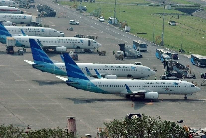 Sejumlah pesawat milik maskapai Garuda Indonesia terparkir di areal Bandara Internasional Soekarno Hatta, Tangerang, Banten.