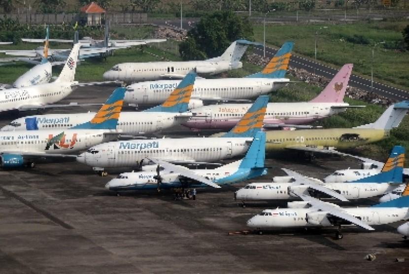 Sejumlah pesawat terbang milik maskapai Merpati Nusantara Airlines terparkir di Pusat Perawatan Pesawat Merpati Nusantara Airlines, Lapangan Udara Djuanda, Sidoarjo, Jawa Timur,