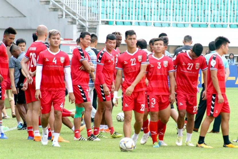 Sejumlah pesepak bola Becamex Binh Duong melakukan sesi latihan di Stadion Pakansari, Bogor, Jawa Barat, Selasa (25/6/2019).