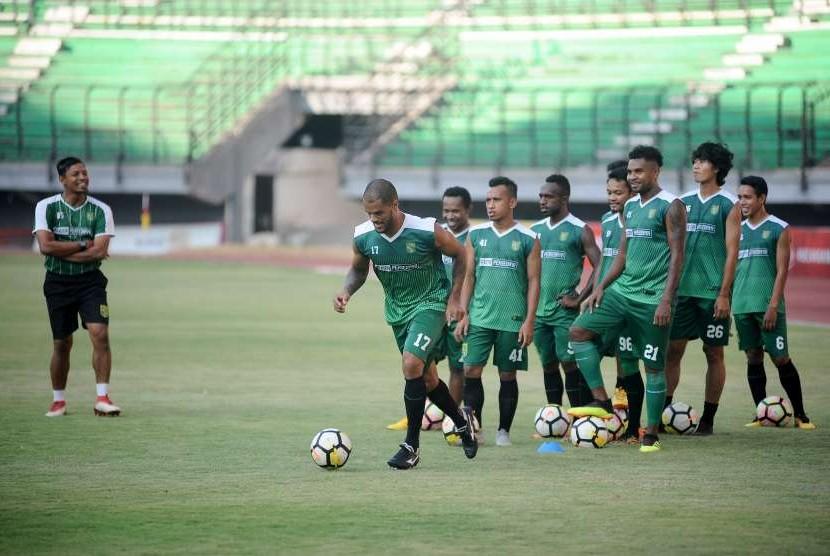 Sejumlah pesepak bola Persebaya Surabaya mengikuti latihan di Stadion Gelora Bung Tomo (GBT), Surabaya, Jawa Timur, Jumat (28/9).