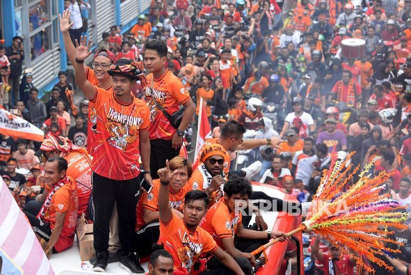 Sejumlah pesepak bola Persija bersama ofisial mengikuti pawai Persija Juara di Jalan MH.Thamrin, Jakarta, Sabtu (15/12).