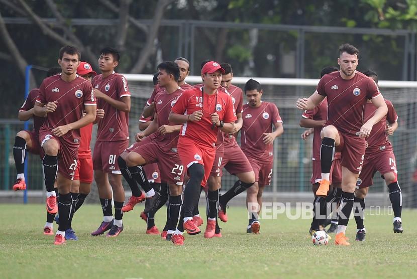Sejumlah pesepak bola Persija Jakarta berlatih di Lapangan ABC, Kompleks Gelora Bung Karno, Senayan, Jakarta, Senin (14/5).