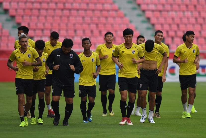 Sejumlah pesepak bola Thailand berlatih menjelang laga lanjutan Piala AFF 2018 melawan Indonesia di Stadion Nasional Rajamangala, Bangkok, Thailand, Jumat (16/11/2018).