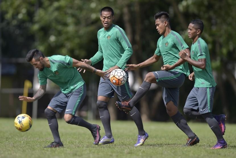Sejumlah pesepak bola timnas Indonesia melakukan latihan ringan di Manila, Filipina, Minggu (20/11).
