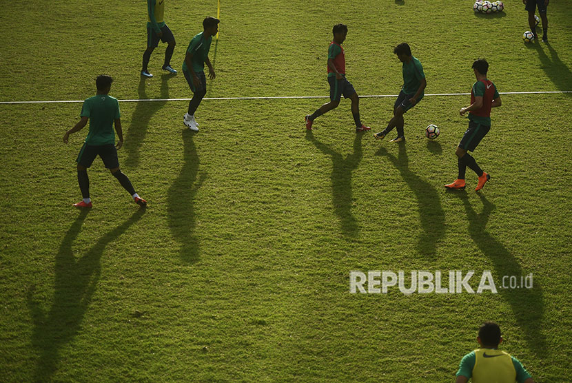 Sejumlah pesepak bola Timnas U-23 berlatih di Lapangan ABC, Kompleks Gelora Bung Karno, Senayan, Jakarta. (ilustrasi)