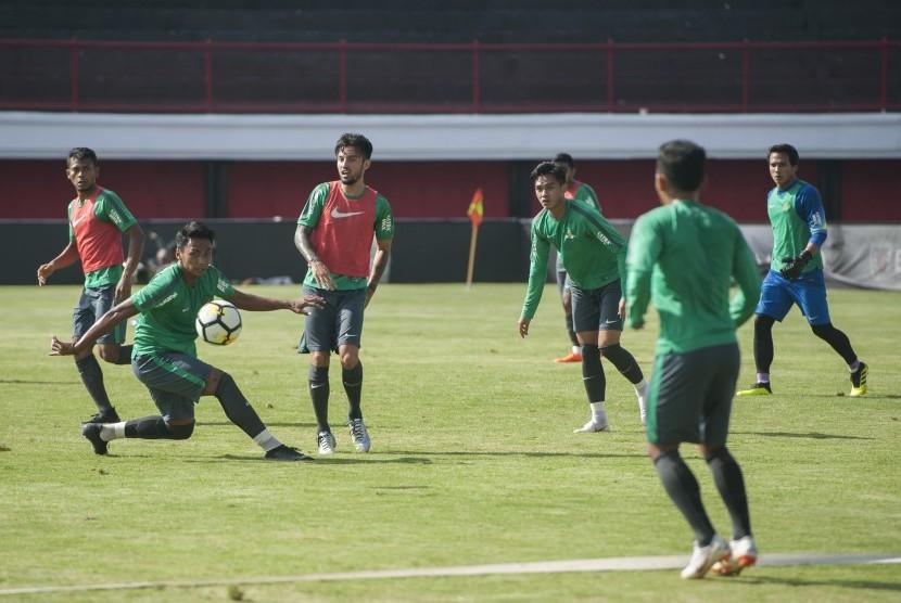 Sejumlah pesepak bola Timnas U-23 berlatih memainkan bola saat kegiatan pemusatan latihan (TC) perdananya di Stadion Dipta, Gianyar, Bali, Selasa (24/7).