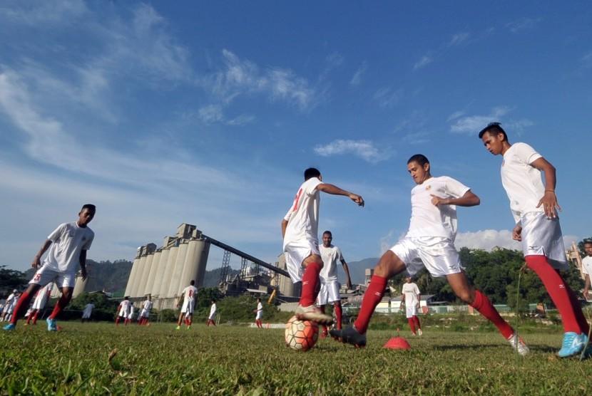 Sejumlah pesepakbola Semen Padang FC menjalani latihan di lapangan mess Indarung, Padang, Sumatera Barat, Selasa (21/3). Manajemen Semen Padang FC menyatakan pihaknya fokus dalam membina pemain lokal untuk memperkuat tim