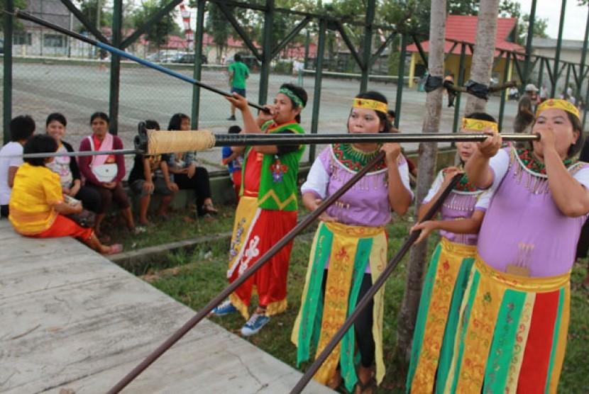 Sejumlah peserta lomba olah raga tradisional menyumpit berusaha mengenai sasaran pada Festival Budaya Isen Mulang di Palangka Raya, Kalimantan Tengah, Jumat (20/5). Festival budaya yang diikuti 14 kabupaten dan kota se-Kalteng itu merupakan ajang promosi p