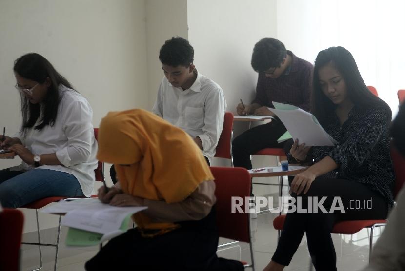 Sejumlah peserta mengerjakan soal ujian Seleksi Bersama Masuk Perguruan Tinggi Negeri (SBMPTN) / Ilustrasi