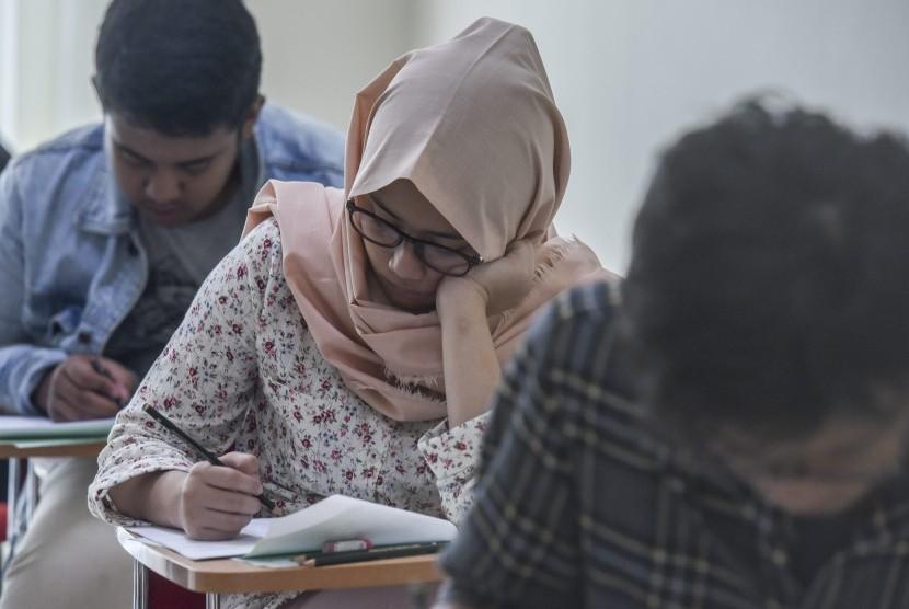Sejumlah peserta mengerjakan soal ujian Seleksi Bersama Masuk Perguruan Tinggi Negeri (SBMPTN) 2017 di Universitas Negeri Jakarta, 16 Mei 2017. Kementerian Riset, Teknologi dan Pendidikan Tinggi menyatakan 148.066 peserta lulus SBMPTN 2017 akan diumumkan pada Selasa (13/6) mulai pukul 14.00 WIB.