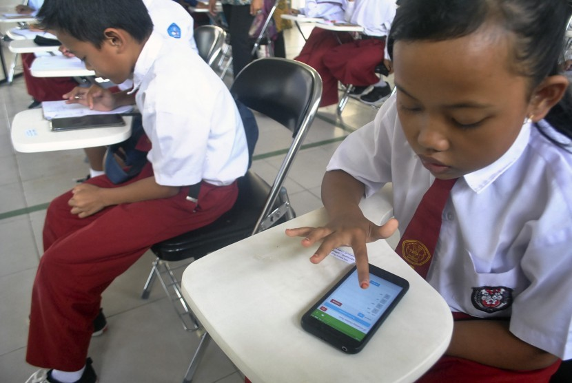 [ilustrasi] Sejumlah peserta SD mengerjakan soal matematika secara daring melalui gawainya saat kompetisi matematika dengan metode Gampang Asyik dan Menyenangkan (Gasing) di SMKN 1 Leuwiliang, Kabupaten Bogor, Jawa Barat, Selasa (8/1/2019).