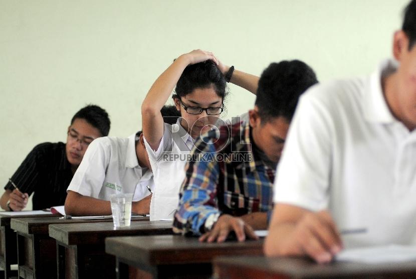 Sejumlah peserta Seleksi Nasional Masuk Perguruan Tinggi Negeri (SNMPTN) mengerjakan soal ujian tertulis di SMK Negeri 5 Jakarta, Selasa (12/6).