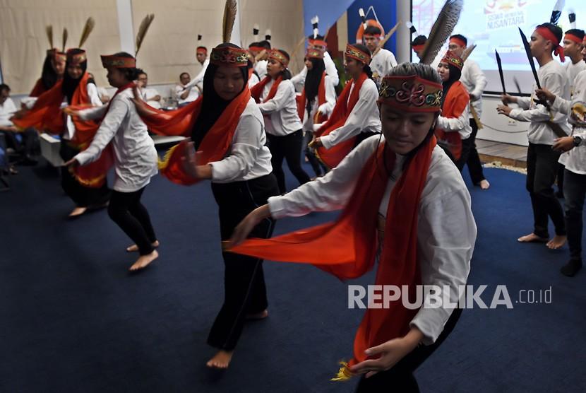 Sejumlah peserta Siswa Mengenal Nusantara asal Kalimantan Tengah menampilkan tari daerah asalnya di Pelabuhan Tanjung Priok, Jakarta, Rabu (14/8/2019).