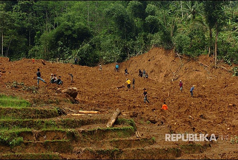 Sejumlah petugas dibantu warga melakukan pencarian korban longsor di Desa Pasirpanjang, Salem, Brebes, Jawa Tengah, Jumat (23/2). Pencarian 15 korban longsor dihentikan akibat terkendala cuaca hujan.