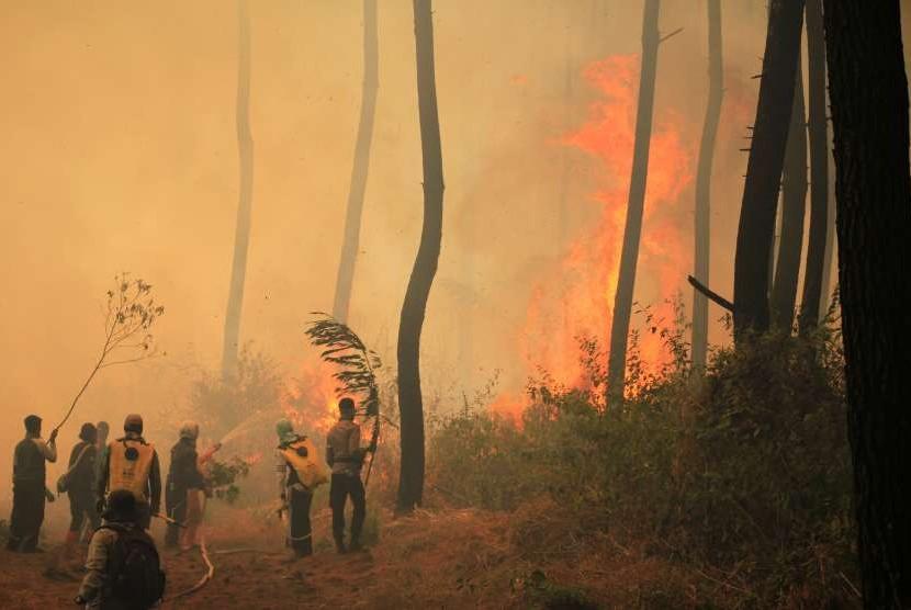Sejumlah petugas gabungan berusaha memadamkan api yang membakar kawasan hutan di lereng Gunung Ciremai, Kuningan, Jawa Barat, Rabu (3/10).