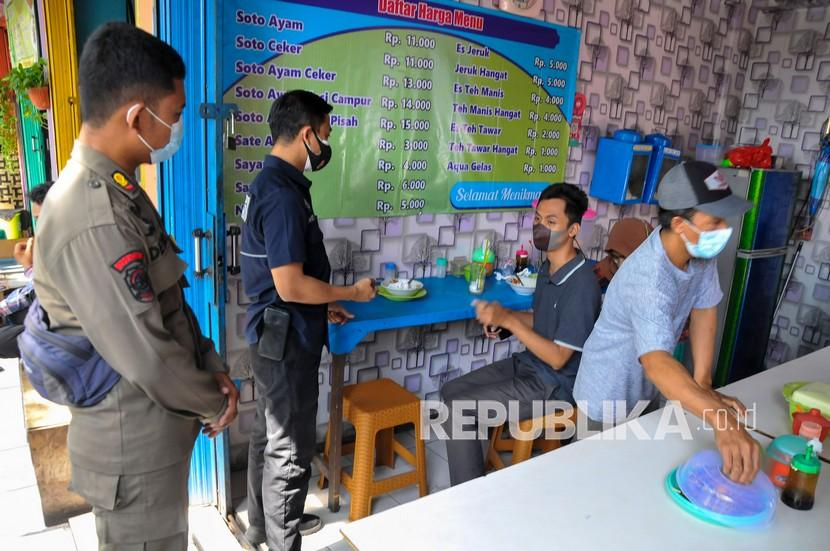 Satpol PP Temukan Pelanggaran Makan di Tempat Lebih 20 Menit (ilustrasi).