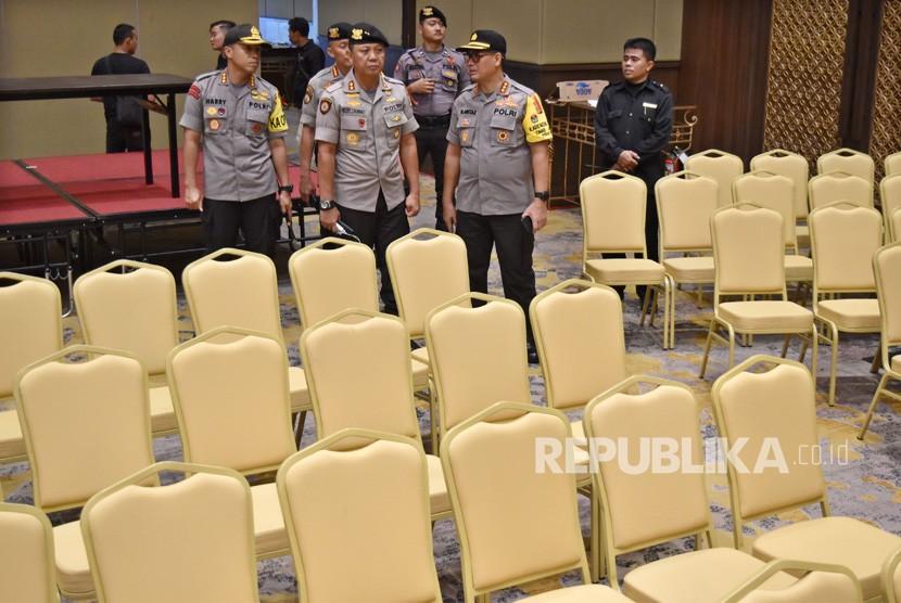 Sejumlah petugas kepolisian memantau persiapan lokasi Debat Pilpres 2019 putaran kelima di Hotel Sultan, Jakarta, Jumat (12/4/2019).