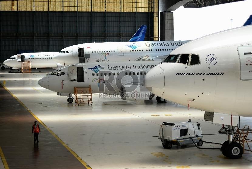 Sejumlah petugas memeriksa kondisi pesawat milik maskapai penerbangan Garuda Indonesia, di hanggar Garuda Maintenance Facilities (GMF) Aeroasia, Bandara Soekarno-Hatta, Tangerang, Banten,Selasa (23/2).