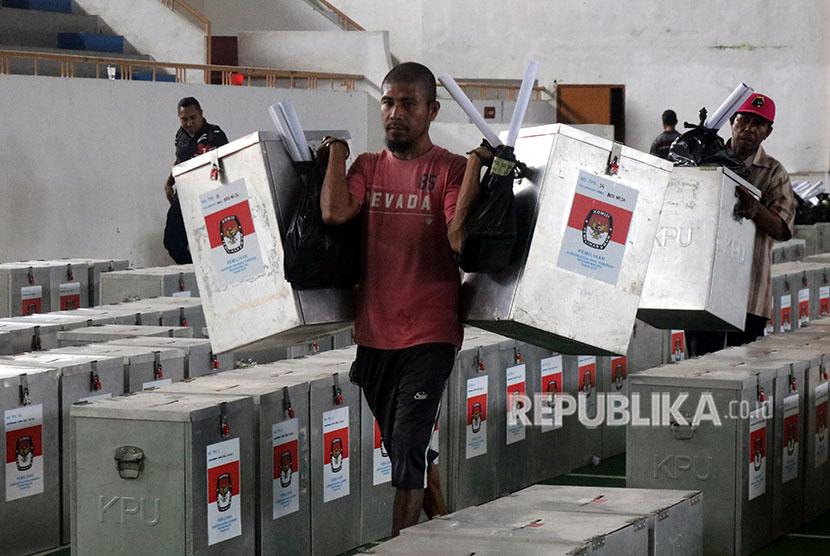 Sejumlah petugas mendistribusikan logistik Pemilihan Kepala Daerah (Pilkada) Provinsi Maluku (ilustrasi)