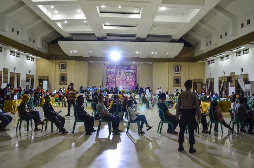 Sejumlah petugas pelayanan publik mengikuti vaksinasi COVID-19 dalam vaksinasi massal di Gedung Islamic Center, Kabupaten Ciamis, Jawa Barat, Jumat (23/4/2021) malam. Sebanyak 1.100 petugas layanan publik dan lansia mengikuti vaksinasi yang digelar selama bulan Ramadhan sebagai langkah penanggulangan penyebaran COVID-19.