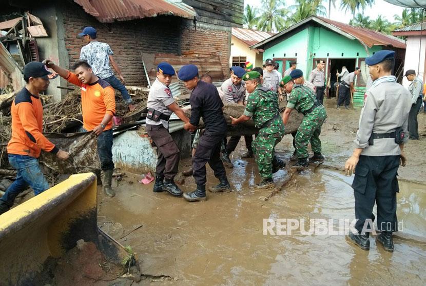 Sejumlah pihak membantu penanganan pascabanjir bandang yang menerjang Padang Sidimpuan, Sumut, Ahad (27/3) malam.