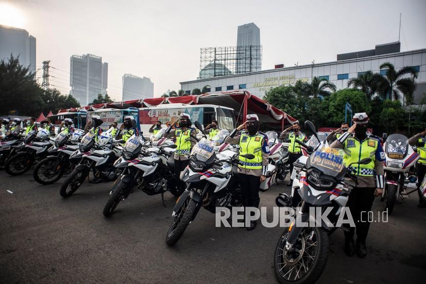 Sejumlah Polisi Lalu Lintas Wanita mengikuti apel Gelar Pasukan Operasi Ketupat Jaya 2021 di Polda Metro Jaya, Jakarta, Rabu (5/5/2021). Operasi tersebut akan dilaksanakan pada 6-17 Mei 2021 yang bertujuan untuk menciptakan suasana kondusif, aman, dan tertib pada perayaan Idul Fitri 1442 Hijriah di masa pandemi COVID-19.
