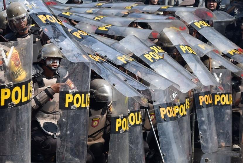 Sejumlah polisi membentuk barikade untuk menghalau massa perusuh di Jalan KS. Tubun, Petamburan, Jakarta Pusat, Rabu (22/5/2019).