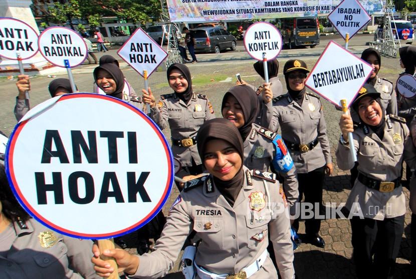 [ilustrasi] Sejumlah polisi wanita (polwan) Polres Indramayu membawa poster saat Deklarasi Anti Hoax di Indramayu, Jawa Barat, Kamis (15/3).