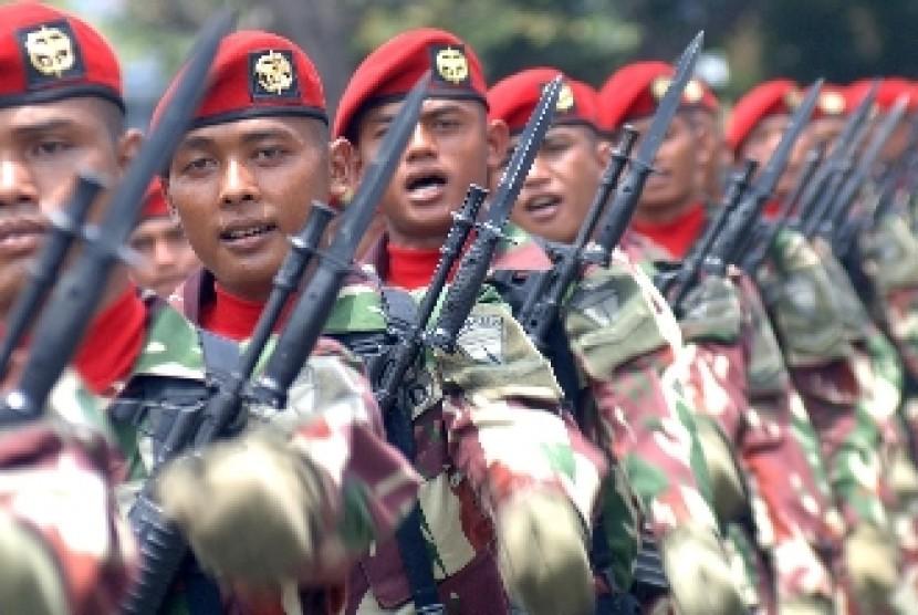 Sejumlah prajurit Kopassus mengikuti defile di upacara HUT ke-69 TNI di Dermaga Ujung, Koarmatim, Surabaya, Selasa (7/10).