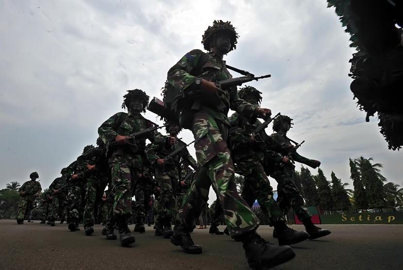 Sejumlah prajurit Korps Marinir TNI AL mengikuti upacara pembukaan latihan Pasukan Pemukul Reaksi Cepat (PPRC) TNI di Markas Komando Divisi Infanteri-1/Kostrad Cilodong, Depok, Jabar, Senin (27/8). (Edwin Dwi Putranto/Republika)