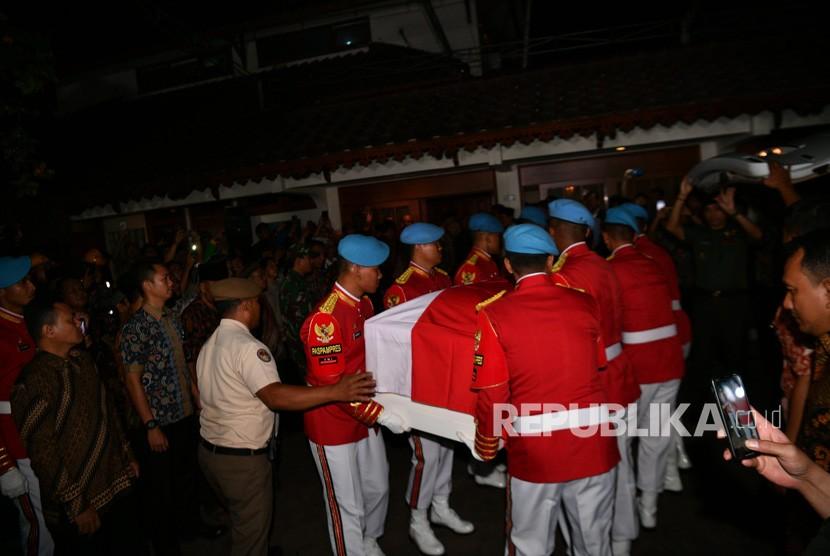 Sejumlah prajurit Pasukan Pengamanan Presiden (Paspampres) mengangkat peti jenazah dari almarhum Presiden ke-3 RI, BJ Habibie saat tiba di Rumah Duka, Patra Kuningan, Jakarta, Rabu (11/10/2019).