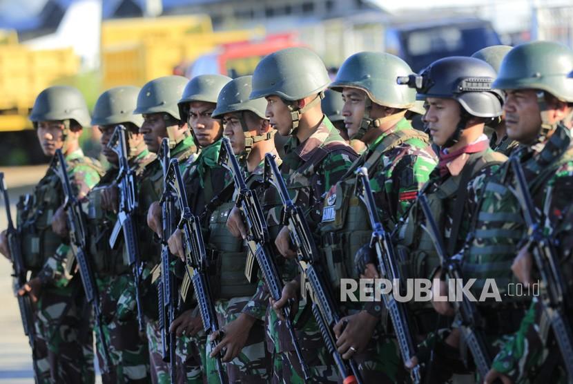Sejumlah prajurit TNI bersiap melakukan pencarian Helikopter MI-17 milik TNI AD yang hilang kontak di Pangkalan TNI AU Silas Papare, Sentani Jayapura, Papua, Ahad (30/06/2019).