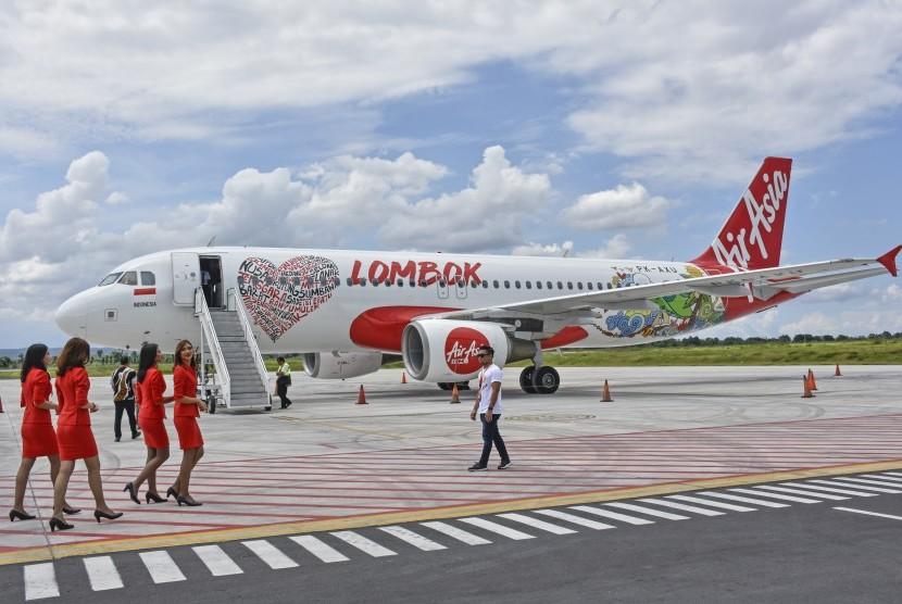 Sejumlah pramugari melintas dekat pesawat AirAsia