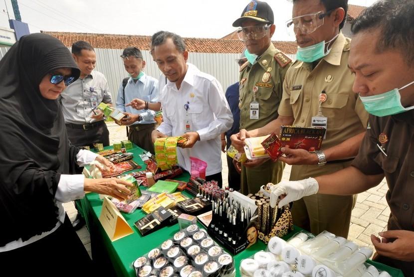 Sejumlah produk obat dan kosmetika berbahaya/ilegal diperlihatkan kepada wartawan, sebelum dimusnahkan di halaman kantor BBPOM Semarang, Senin (26/11).