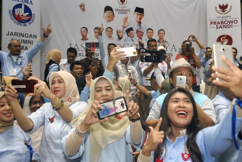 Sejumlah relawan berswafoto saat Deklarasi dan Pembekalan Relawan Tempat Pemungutan Suara (TPS) untuk Pemenangan Prabowo-Sandi di GOR Pajajaran, Kota Bogor, Jawa Barat, Sabtu (23/3/2019).