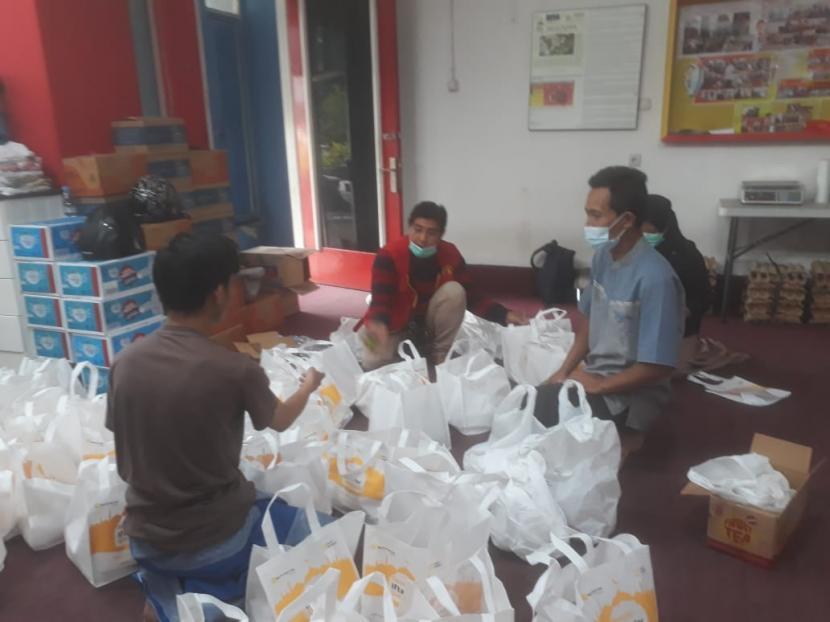 Sejumlah relawan dan beberapa mualaf sedang menyiapkan takjil dan makanan berat untuk berbuka puasa di Masjid Lautze 2 Bandung, Kamis (14/4).